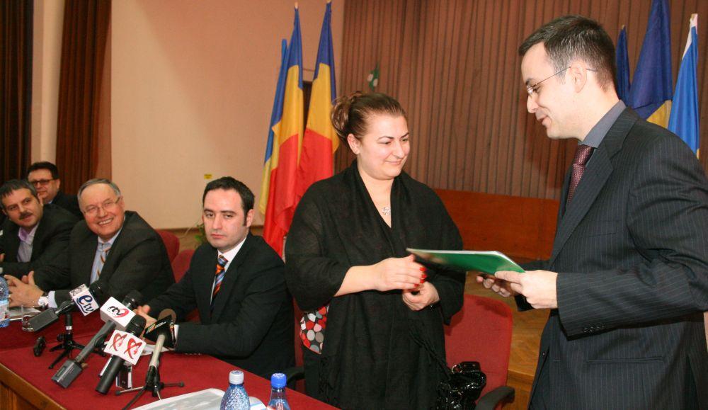 semnarea primului contract de lucrari (Marius Necula in fundal)